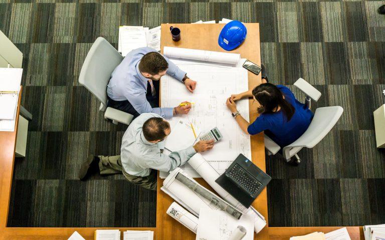Pessoas elaborando a gestão de projetos